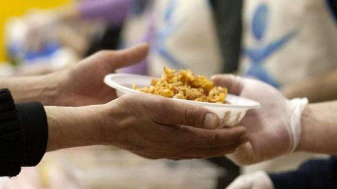 Consumi, 2,7 mln di italiani costretti alla mensa dei poveri
