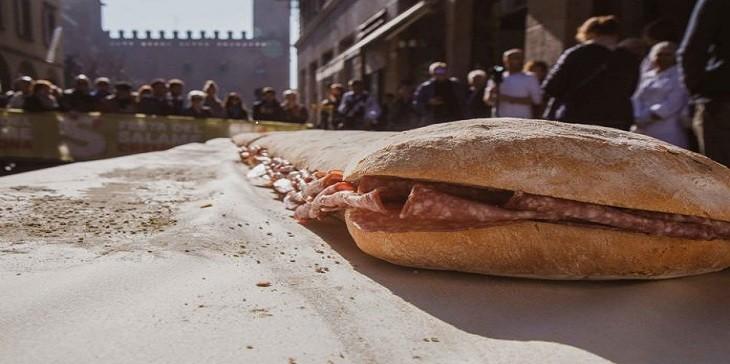 Il panino lungo 10 metri alla Festa del Salame di Cremona